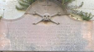L'epitaffio sulla porta della cappella